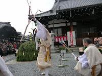 4名の山伏たちが四方に矢を射る、古式豊かな儀式が執り行われた