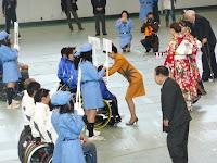 優勝チームは高松宮妃殿下と握手