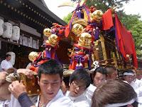 拝殿から降ろされる末広社の神輿