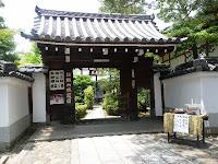 退蔵院の正面の山門