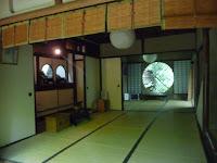 祇王寺は小さな本堂、仏間には本尊の他、祇王、祇女、刀自、仏御前の4尼と清盛の木像が祀られている