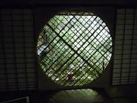 本堂の控えの間、吉野窓、影が虹の色に現われるという