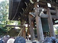 撞木に結ばれた子綱を僧侶16人が一斉に引く