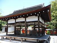 拝殿は徳川時代初期の入母屋造