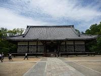 宮殿から仏堂への用途変更に伴い、屋根を檜皮葺きから瓦葺きに変えるなど改造が行われている