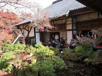 池泉回遊式庭園では縁に腰掛けて風景みる