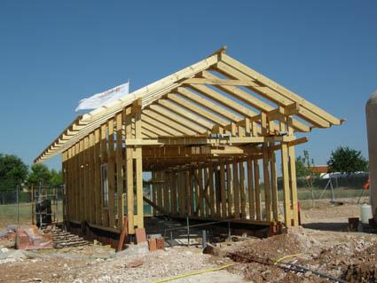 estructura de madera para casa de balas de paja ecohabitar