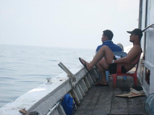 santai... sambil tunggu pancing disentap ikan