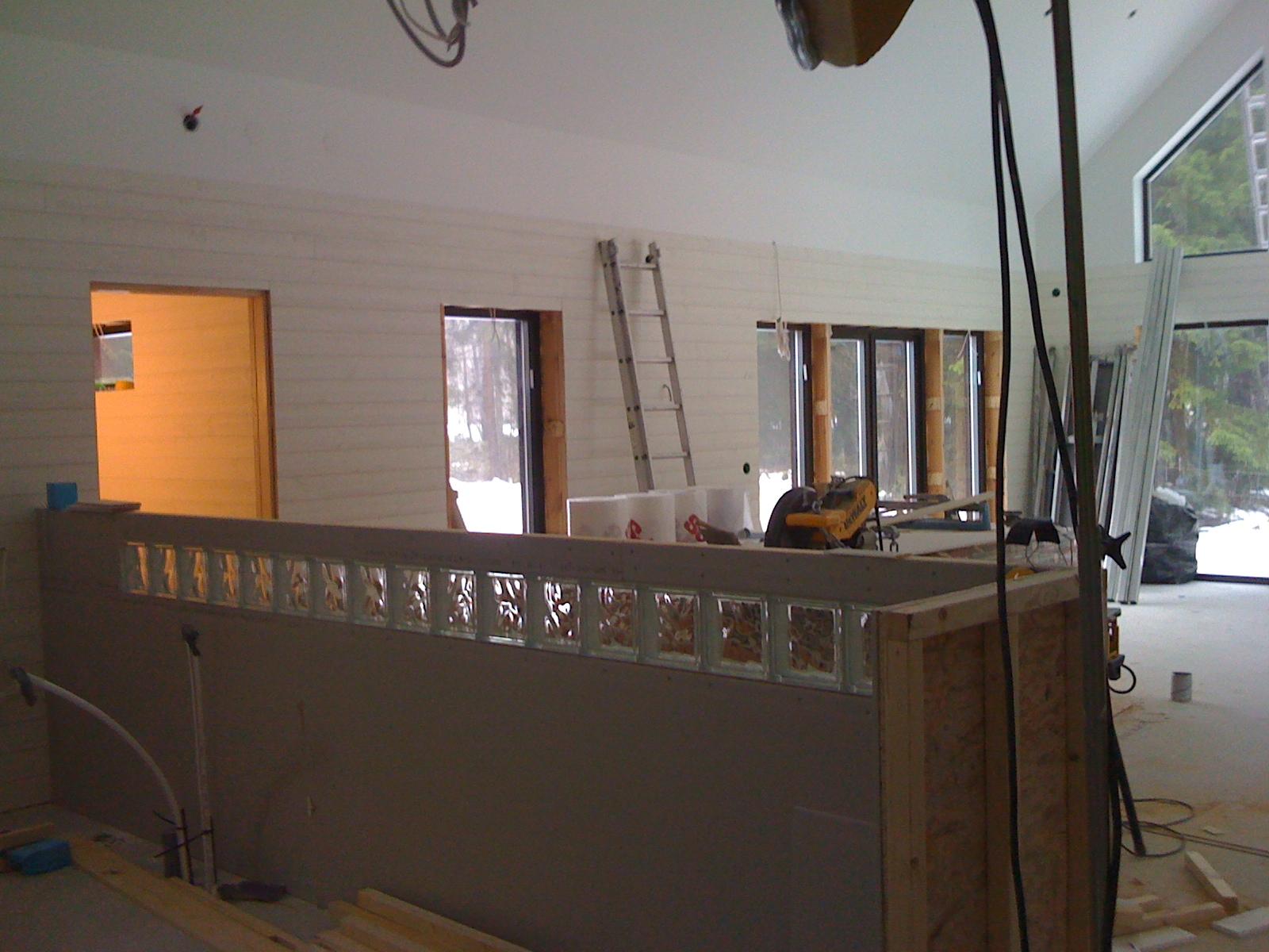 Ullevidsdal: köksvägg med glasbetong o kakel i badrummet