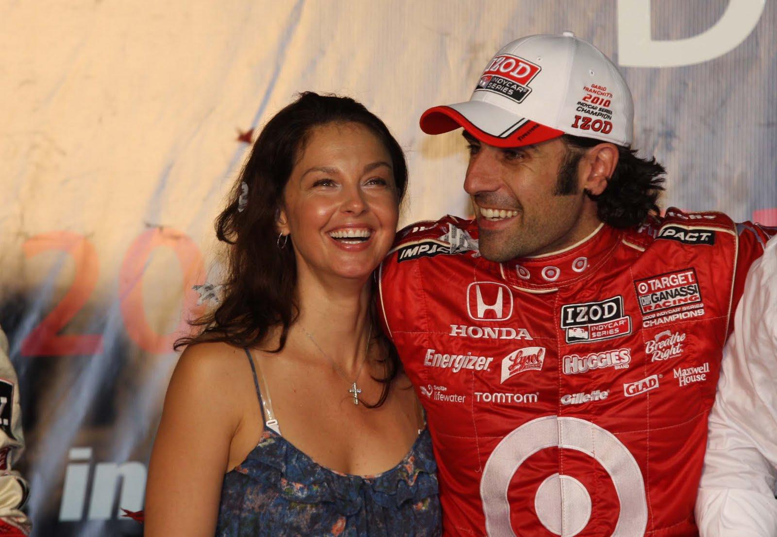 http://1.bp.blogspot.com/_pzNp789dO34/TKj_Ix2XK_I/AAAAAAAAGAM/c5tYjHBjm1c/s1600/IMG_1305+a+atriz+americana+Ashley+Judd+e+o+marido,+campeao+da+temporada+2010,+Dario+Franchitti.JPG