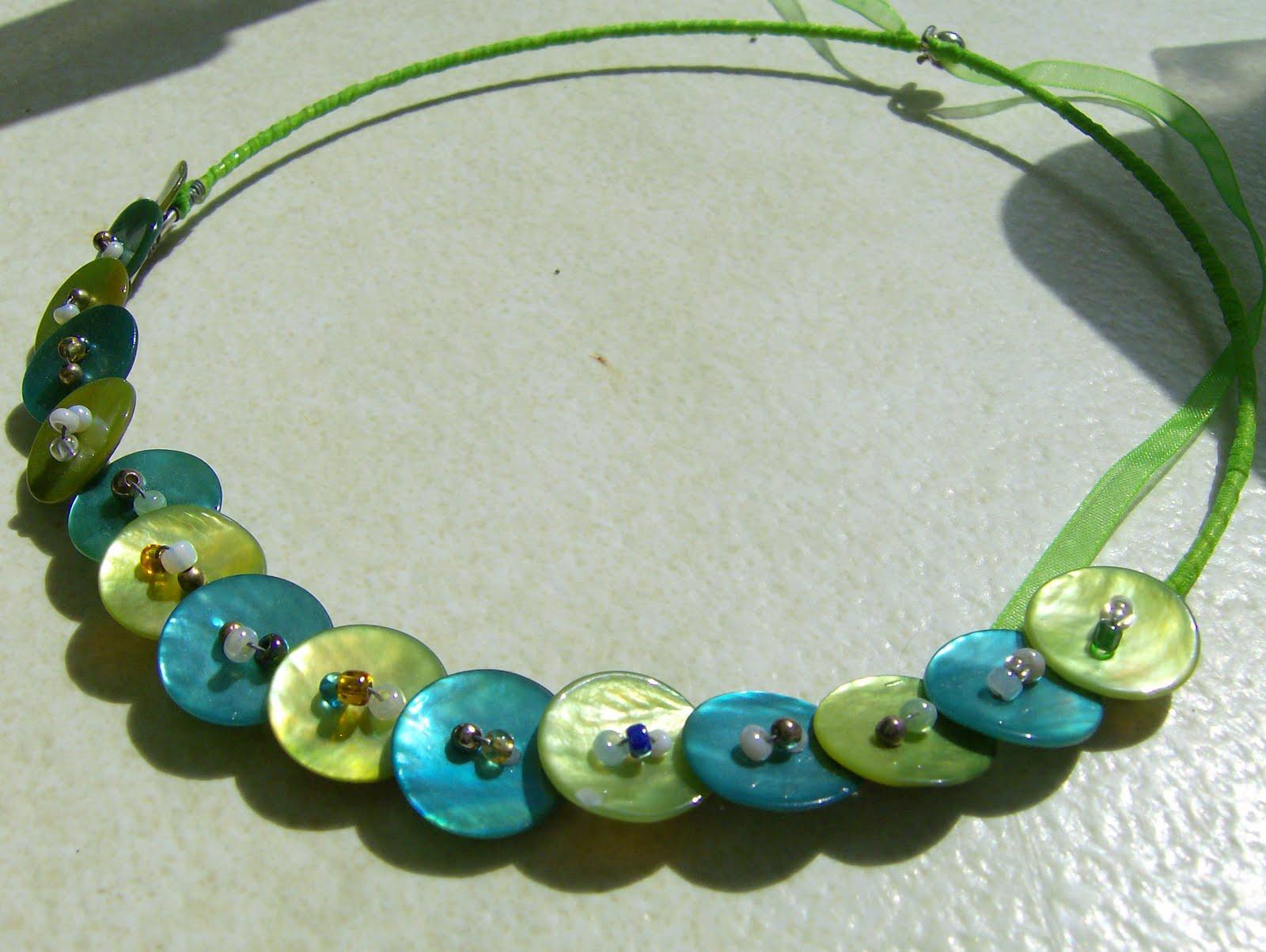 Kék és zöld gombos karkötő gyöngyökkel