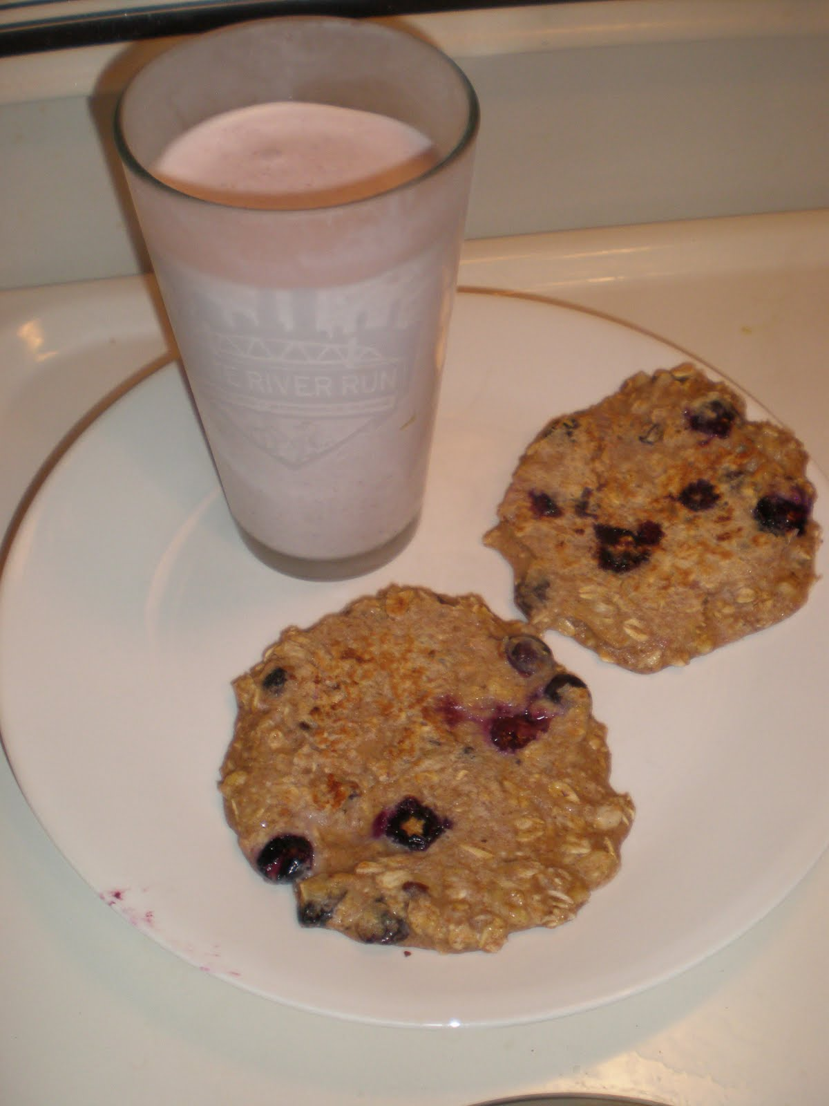 ... Creations: Post workout strawberry smoothie & Blueberry oat pancakes