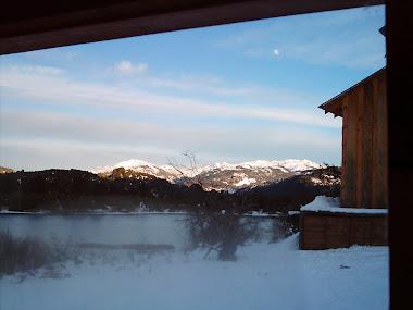 Vista del Lago alumine desde la ventana de la cocina de la cabaña