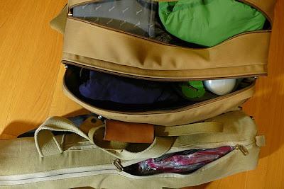 將一日的衣物擠進袋子的空處。
