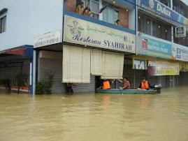 premis perniagaan yang ditenggelami banjir...
