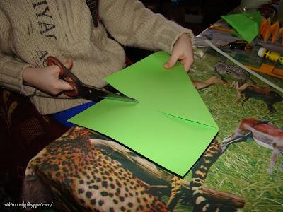 изрязване на квадратна форма на хартията