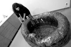 Piscina insuflável demora pouco tempo a encher de água e ar e não pode ser reutilizada