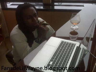 Imagen de Lil Wayne viendo el video de Steady Mobbin en el ordenador