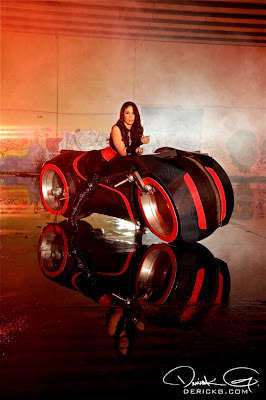 Imagen de una modelo en el rodaje del video de Fire Flame Remix del disco Like Father, Like Son II
