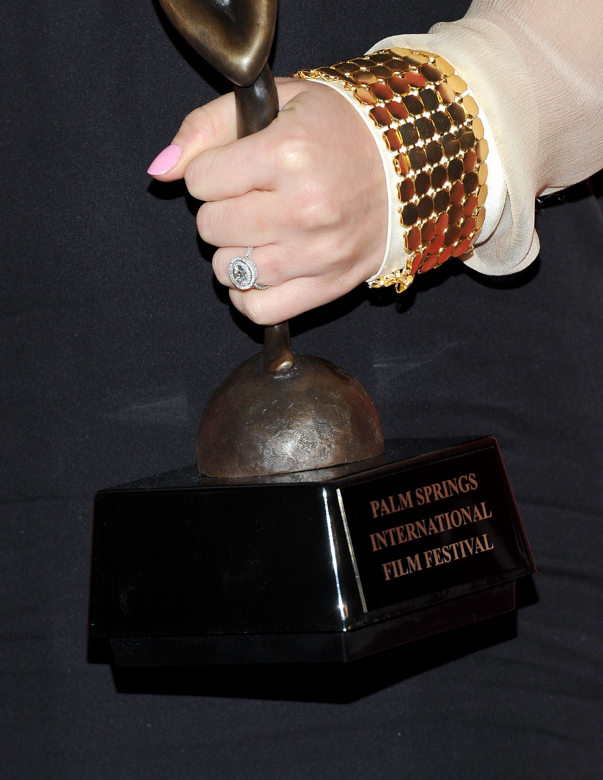 http://1.bp.blogspot.com/_q8fPW7CWGEc/TSumHhadFzI/AAAAAAAAAPE/GzCxZzDJs1g/s1600/Natalie+Portman+Double+Halo+Engagement+Ring.jpg