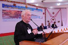 चित्रकूट में विश्व यू 3 ए कांफ्रेस में बोलते टाम हालवे