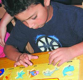 niño autista participando en una actividad
