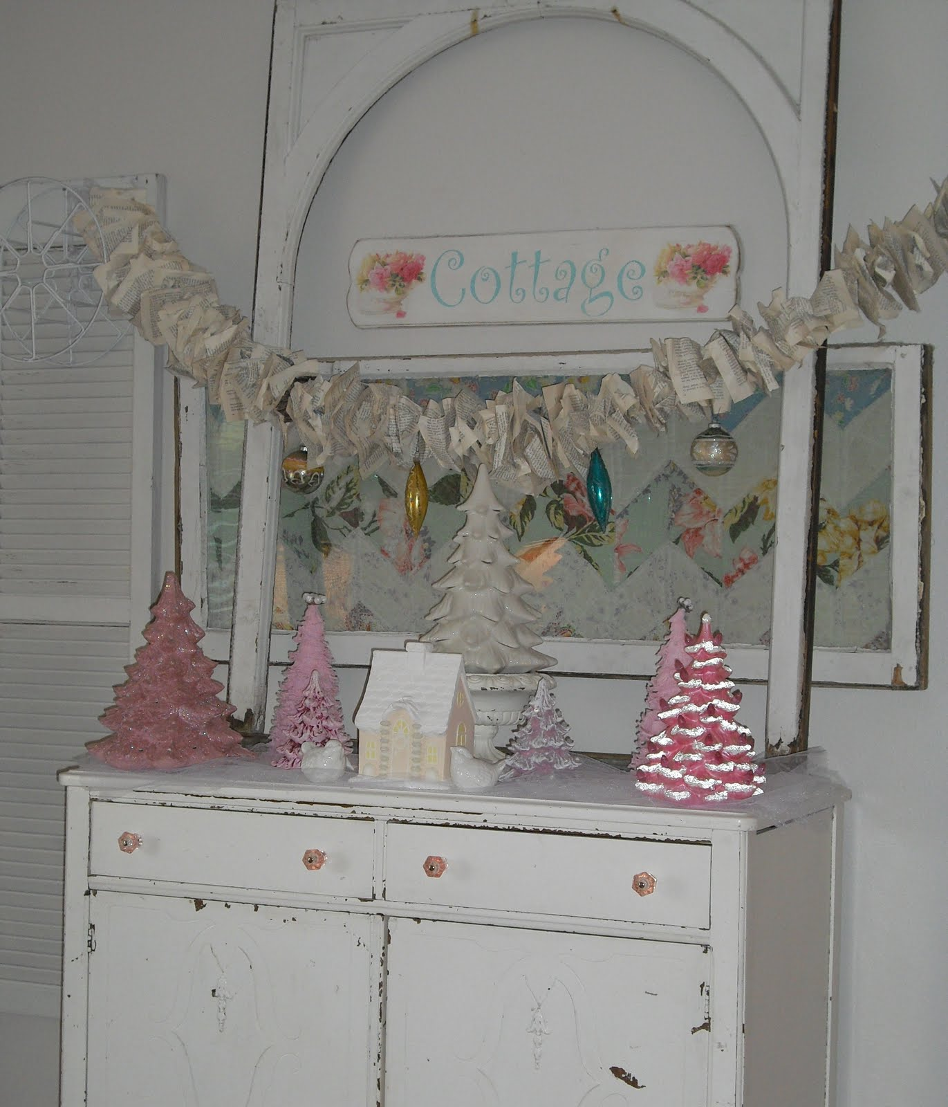 Chippy cottage charm shabby chic christmas decorating for Shabby chic cottage decor