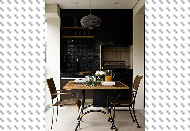 decoracao interiores braga: Braga recorreu à pastilha de resina preta e bancada de granito preto