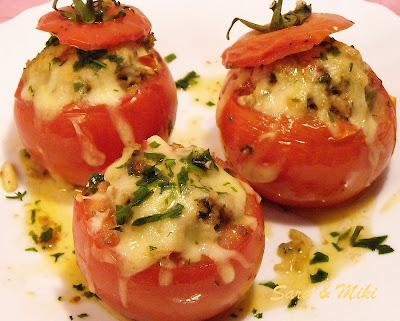 Articole culinare : Rosii umplute cu carne de carnati