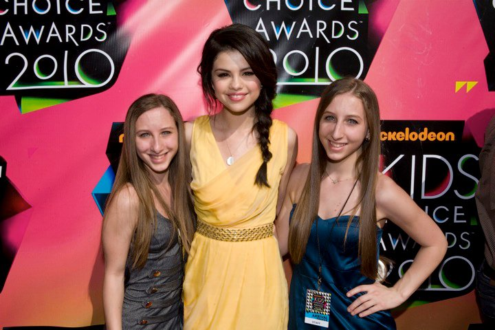 selena gomez kca 2011 feather. Selena Gomez looking beautiful