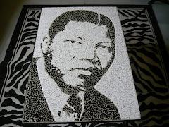 O Mandela de sempre! Numa mesa de centro e em marmore, eis que nos aparece o retrato fiel do homem.