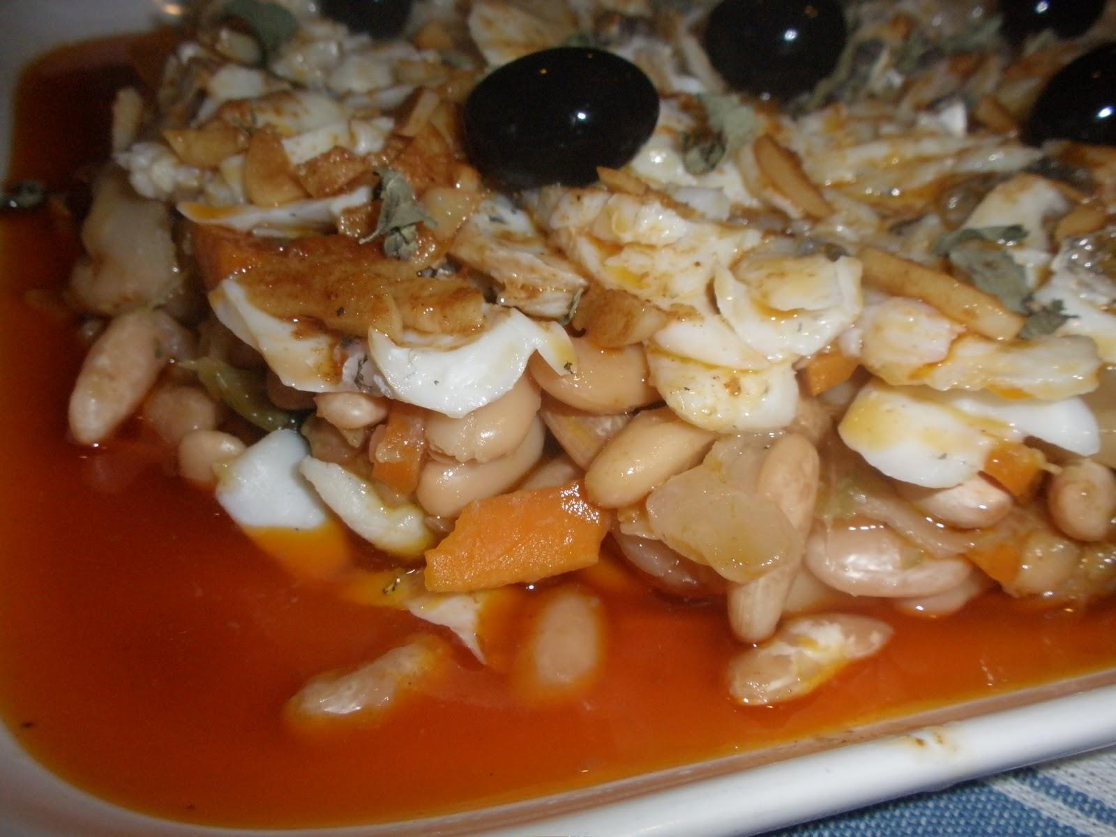 Sabores olores bacalao desmigado sobre verduras y habas - Como se preparan las habas ...