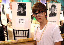 http://justinbiebershrine.blogspot.com/2011/01/justin-bieber-shows-off-his-3d-glasses.html