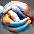 foto de manos entrelazadas, sobre ellas con pinturas de colores azul y marrón está pintado el planeta
