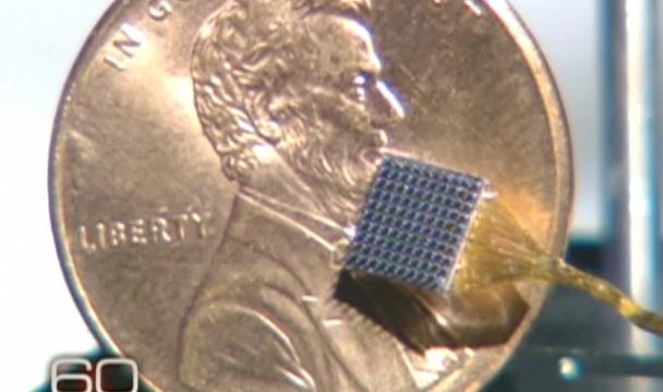 Imagen de la parrilla de electrodos donde se puede apreciar su tamaño, diez o doce veces más pequeña que la moneda