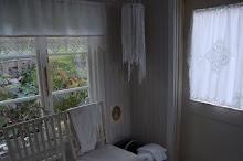 Sovrumsfönster ut mot vägen