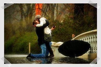 casal abraçados na chuva