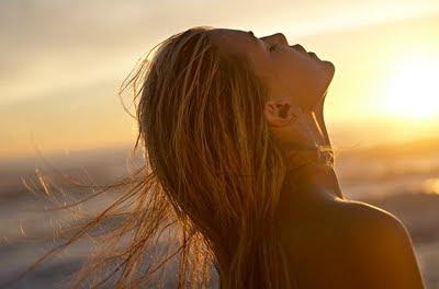 mulher loira,mar,caminhos,liberdade,seguir