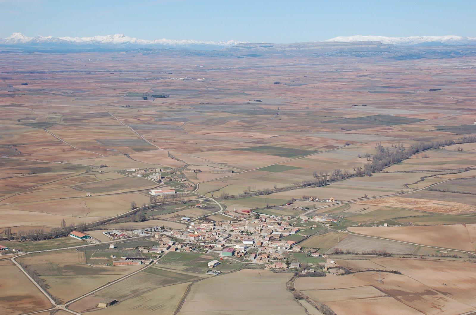 Bonito paisaje Villegas al fondo la Peña de Amaya