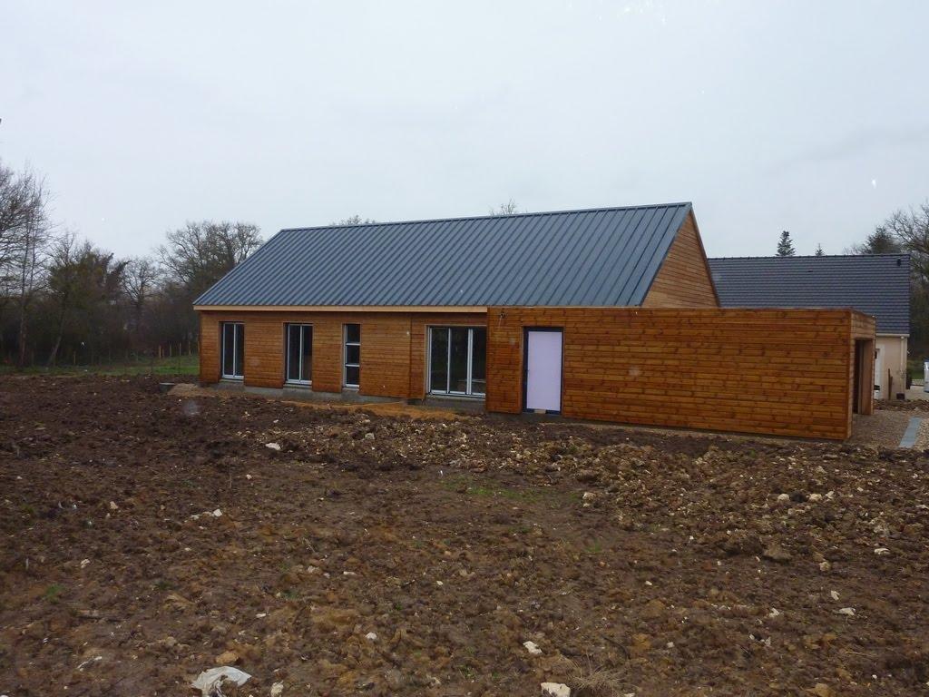 Notre maison en bois luant ma onnerie et terrassement for Terrassement maison