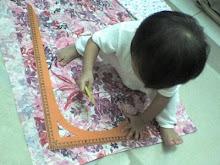 LittleHana mengukur kain..
