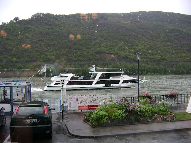 เรือพานักท่องเที่ยวชมฝั่งใกล้แม่นำไรด์