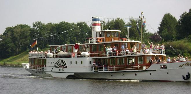 เรือท่องเที่ยวในคลองแห่งหนึ่งในเยอรมันนี