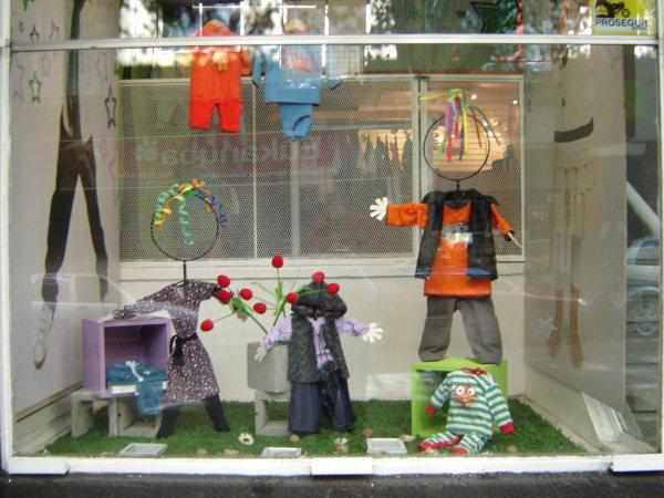 Argentina bajitos for Decoracion de vidrieras de ropa