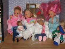 The dollhouse dolls in the winter. Nukkekodin asukkaat talvella.