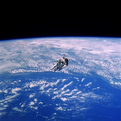 http://1.bp.blogspot.com/_qzUO62a2vH8/SJua_hUdYoI/AAAAAAAAARc/KDMlZCsWrMA/s400/spacewalk.jpg