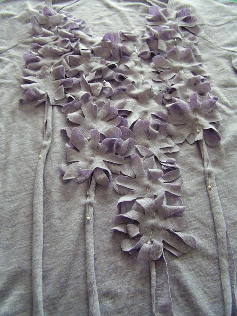 Декор из старых футболок. http://tearosehome.blogspot.com/2010/07...