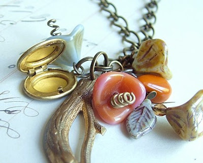 flower necklace from etsy shop the Glass Onion