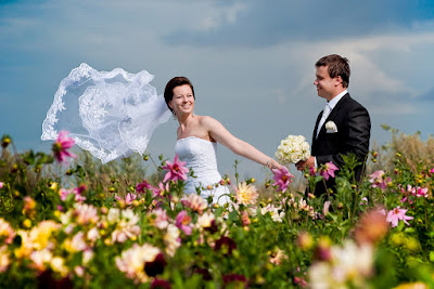 vestuvinės nuotraukos tarp gėlių