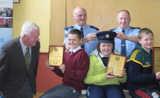 Cllr Christy Curtin  Garda Sergeants John Staunton and Declan O'Keeffe with children from the Reading Challenge Prize-Winning Schools